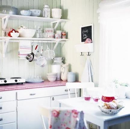 ピンクと白の北欧キッチン